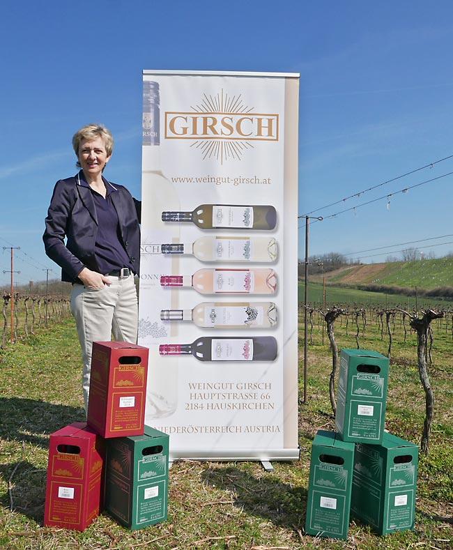 Maria Girsch mit Rollup im Weingarten