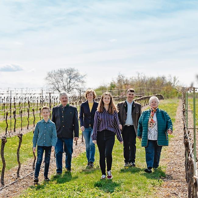 Familie Girsch im Weingarten